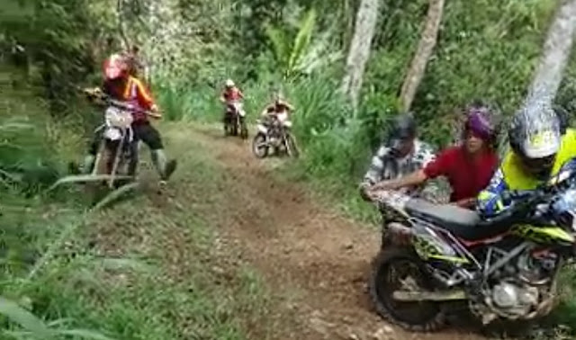 [VIDEO]: Terjebak di Jalur Ekstrim Pa'gasingan, Warga Bantu Pembalap Dorong Motor