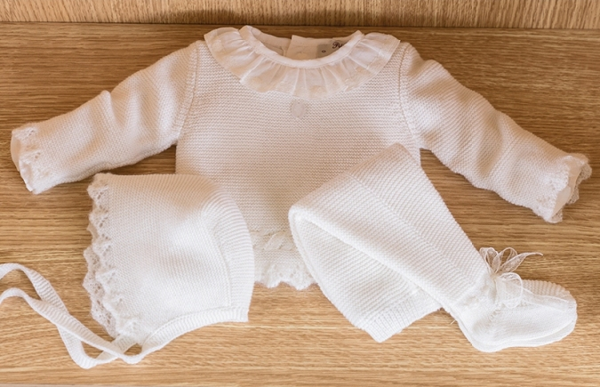 vestir al bebé de blanco para salir del hospital