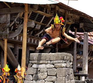 Keunikan Sejarah Tradisi Lompat Batu Fahombo Suku Nias Sumatera Utara Tempat Wisata Keunikan Sejarah Adat Tradisi Lompat Batu Fahombo Suku Nias Sumatera Utara