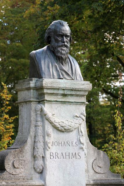 Brahms-Denkmal mit Statue von Johannes Brahms im Meininger Englischen Garten