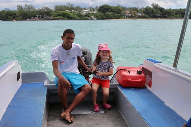 Helia conduciendo la lancha para Ile des Deux Cocos