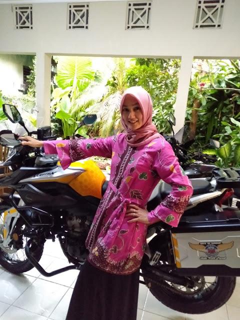 Mbak Erna dengan batik pesisiran-Modiste Intan