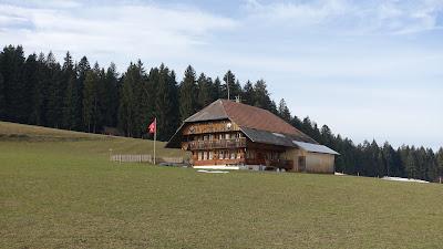 Emmentaler Haus mit Schweizerfahne