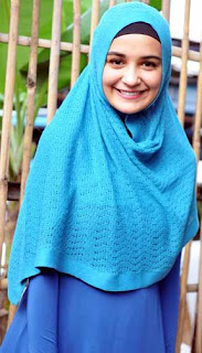 Busana wanita muslim yang menutup seluruh tubuhnya kecuali muka dan telapak tangan