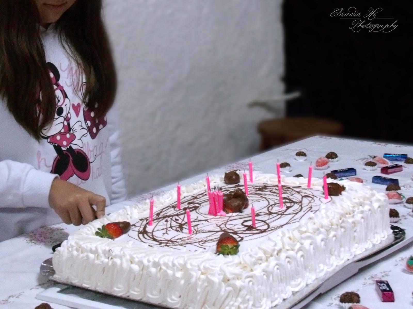 Aniversariante cortando o bolo