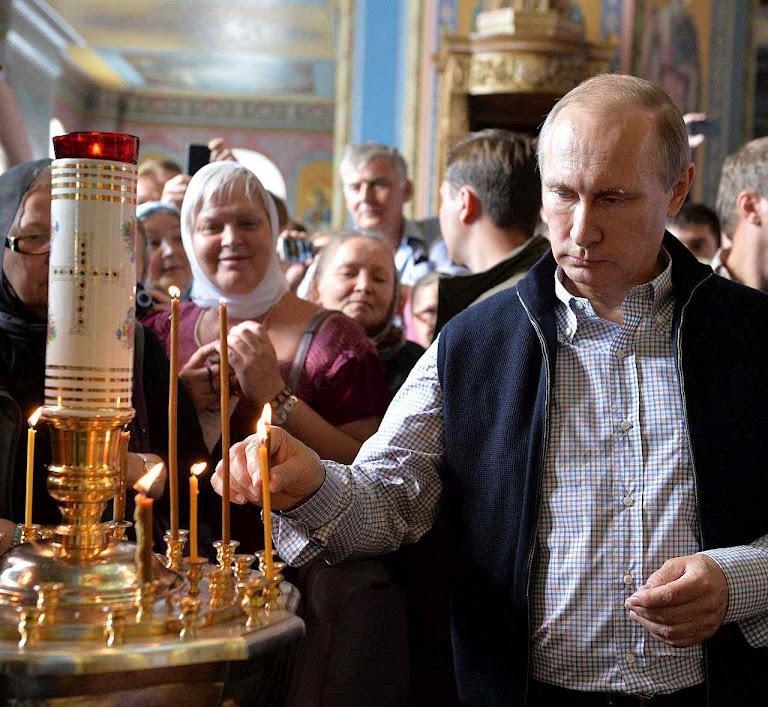 `Paris bem vale uma Missa' disse Enrique IV antes de se converter para ficar rei. Para Putin a presidência da Rússia vale algumas velas. No mosteiro de Valaam.