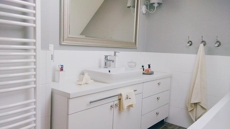 łazienka w stylu hampton, hampton bathroom, perfumy w łazience, lustro ikea, dodatki home&you