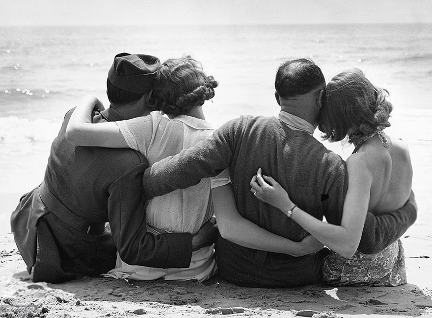 60 + 1 Heart-Warming Historical Pictures That Illustrate Love During War - Evacuated French Troops Relax On An English Beach