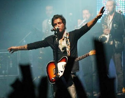 Foto de Sebastián Yepes cantando en concierto