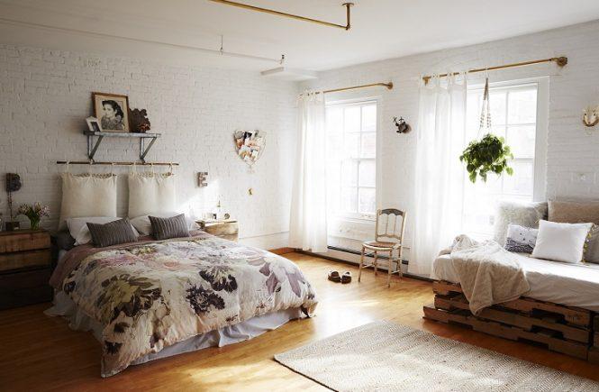 ห้องนอนพร้อมเตียงและโซฟา