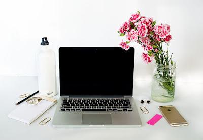 pisanie wpisów na blogu, blogowanie, moje sposoby, komputer, biurko, biel, róż