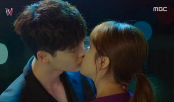 Lee Jong Suk dan Han Hyo Joo di 'W-Two Worlds' Kenangan Manis 3 Kiss Terbaik Pilihan