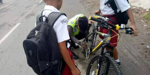 Meski Terlihat Sederhana, Polisi Yang Bantu Perbaiki Sepeda Anak Sekolah Ini Tuai Pujian