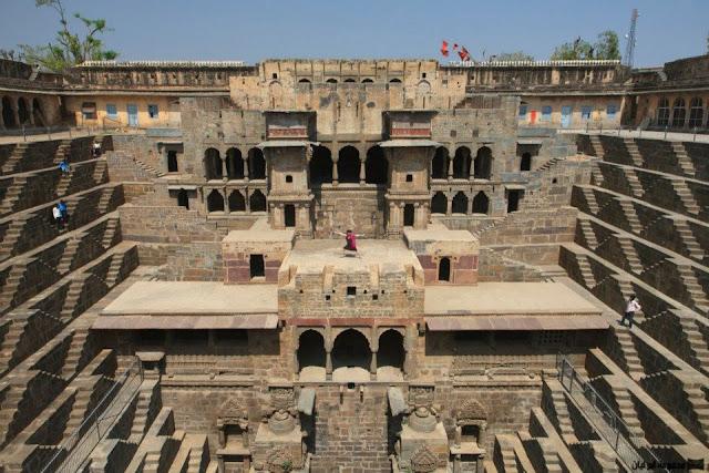 معبد شاند باوري بالهند  : سلالم إلى اسفل الارض