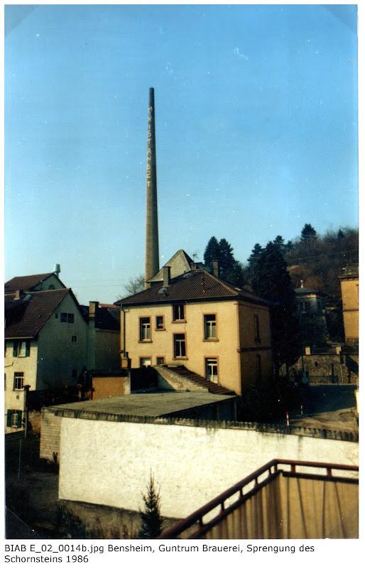 BIAB_E_02_00014b: Bilder der Sprengung des Schornsteines, Brauerei Guntrum, Bensheim 1986, Quelle: Norbert Clara, Bensheim