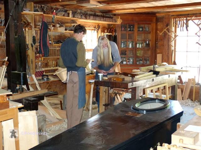 In der gut mit Original Werkzeugen ausgestatteten Handwerkstatt wird aus Holz alles , vom Fensterrahmen ueber die Wiege bis zum dem offensichtlich gerade fertig geschreinertem Sarg gefertigt. Auch der Schreinermeister selbst sieht sehr beeindruckend aus :)