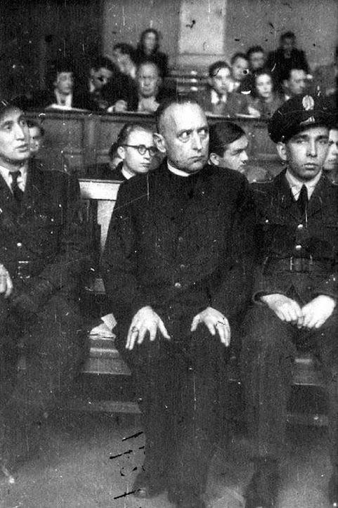 O Cardenal Mindszenty no banco dos réus, durante o pantomímico processo comunista em 1949