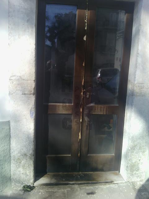 ULTIM'ORA. Monte Sant'Angelo marcia per la legalità e di notte incendiano porta del Comune