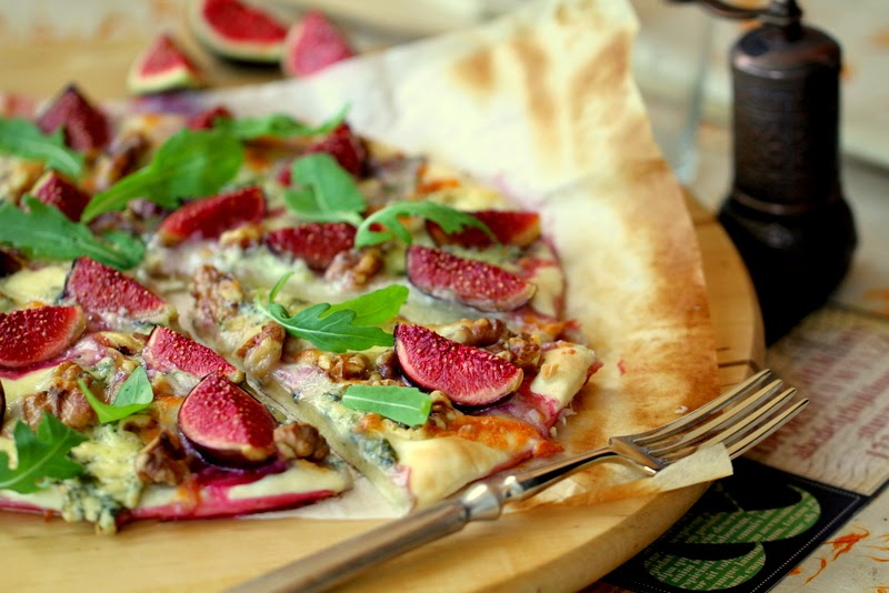 Pizza de formatge blau, figues, nous i ruca. La Cuina de l'Eri