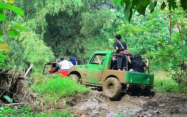 Melibas trek berlubang dan penuh lumpur