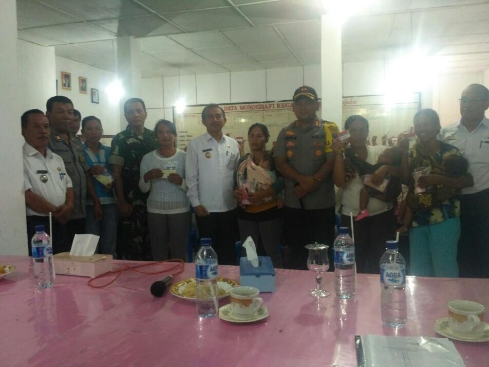 Wakil Bupati Toba Samosir Hulman Sitorus, Kapolres Toba Samosir AKBP Agus Waluyo , Camat Lumban Julu Alfaret Manurung serta penerima manfaat PKH.