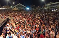 Bispo de Campina Grande reza por chuva junto com multidão no Parque do Povo