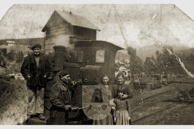"""Familia posando frente a """"la maquinilla"""" en Barruelo de Santullán."""