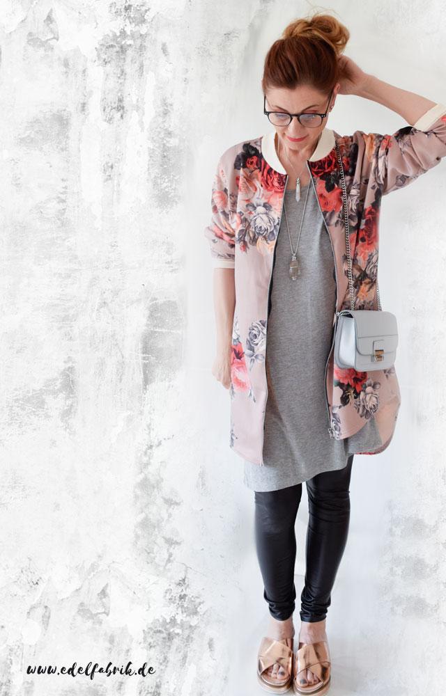 die Edelfabrik, Look mit Pilotenjacke mit Blumenmuster und kleiner Tasche von Mango