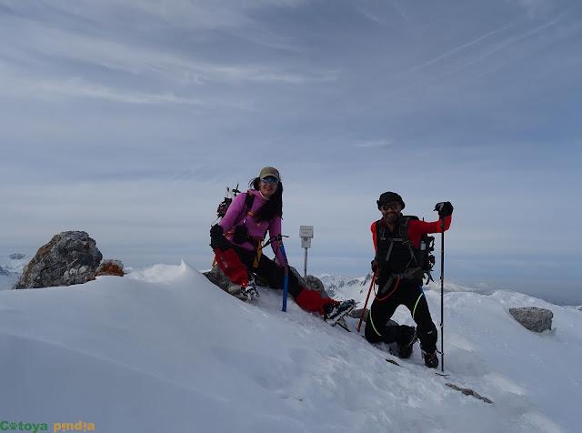 Disfrutando en la cima de Peña del Viento