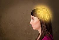 Mujer pensando, engranajes