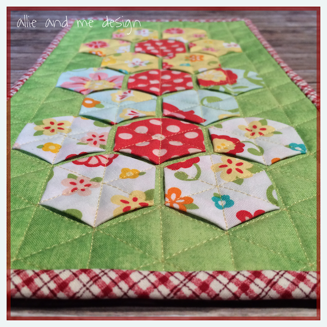 http://allie-and-me-design.blogspot.de/2015/01/blumiges-mini-quilt.html