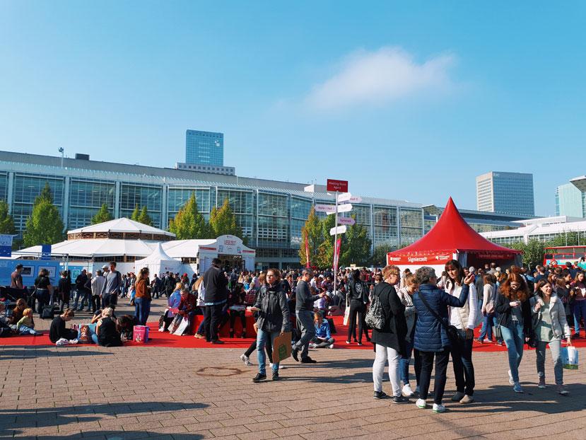 Auf der Frankfurter Buchmesse wird es zur Mittagszeit im Innenhof sehr voll.