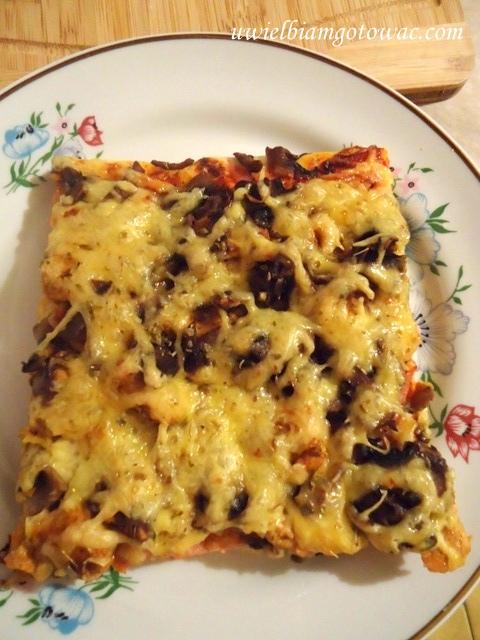 Pizza z kurczakiem, pieczarkami i szynką