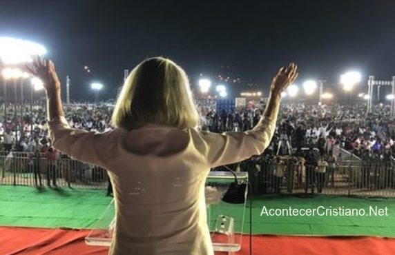 Anne Graham Lotz predicando en la India