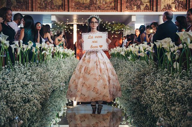 casamento real, igreja são judas, decoração branca, áster e copo de leite, tapete de espelho, passarela espelhada, entrada da dama
