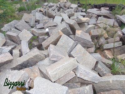 Monte de pedra folheta de vários tamanhos para construção de escada de pedra.