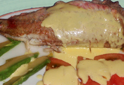 Salmonetes al microondas con tomate, aguacate y mayonesa
