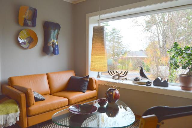 Tidløst design i interiøret. En sittegruppe med flere kunstinnslag. Furulunden