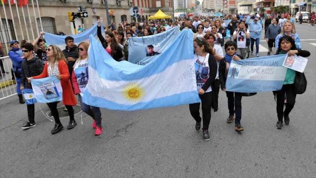 Familiares de submarinistas desaparecidos marchan contra Macri