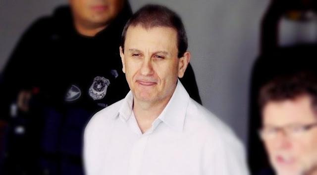 Uma das armas mais potentes contra a reeleição de Dilma Rousseff em 2014, o doleiro Alberto Youssef, pivô da Operação Lava Jato, conseguiu reformular seu acordo de delação premiada no Supremo Tribunal Federal e vai cumprir em sua casa, com autorização e sob as regras de Sergio Moro, os últimos quatro meses que faltam para completar três anos de regime fechado.Sem delação premiada, a somatória das punições pelos crimes praticados por Youssef só na Lava Jatopoderiam render 121 anos e 11 meses de prisão. Com o acordo de cooperação, o doleiro, inicialmente, deveria cumprir 3 anos em regime fechado. Saíra da carceragem da Polícia Federal de Curitiba, por determinação de Moro, em 17 de novembro, com 2 anos e oito meses de prisão para concluir os outros quatro meses em regime domiciliar.