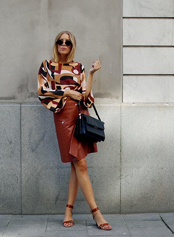 falda piel color tabaco y blusa estampado geométrico
