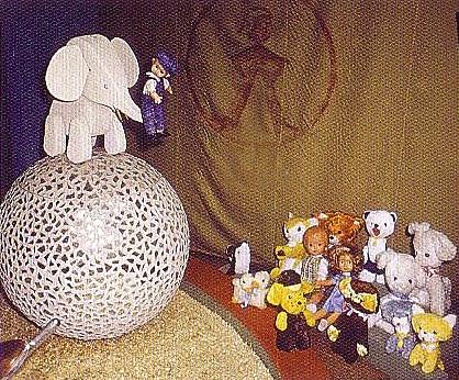 Слон на шаре и зрители из витрины «Цирк».