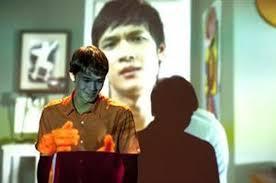 Escena final. En la imagen aparece Nick con la imagen del hermano proyectada de fondo