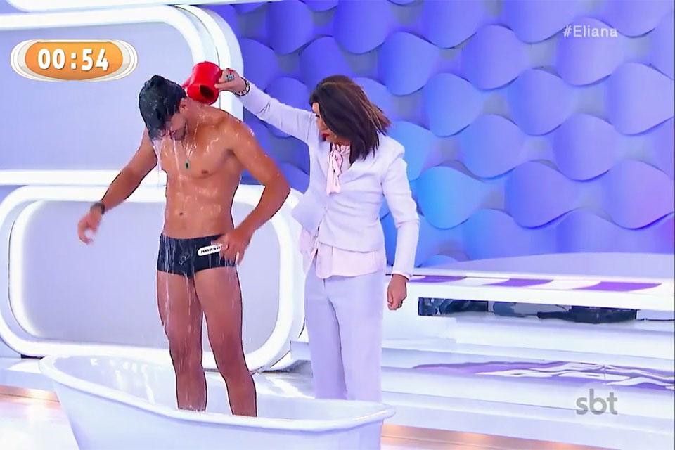 Robson Menezes tomou banho de banheira no palco do Programa da Eliana. Foto: Reprodução