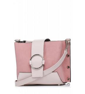 d2923d4ab6535 Kolejna propozycja z nowej kolekcji, to wyjątkowa torebka na ramię z  ozdobną klamerką w kształcie kółka. Mała, podręczna torebka idealna na co  dzień.