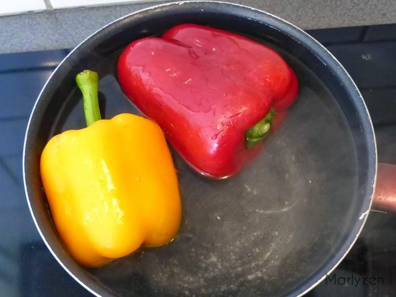 Plongez les poivrons dans de l'eau bouillante.