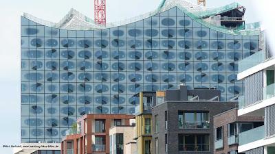 Elbphilharmonie Hamburg und davor die moderne Architektur der Hafencity.