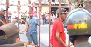 Presuntos colectivos intentan entrar violentamente a la Asamblea Nacional