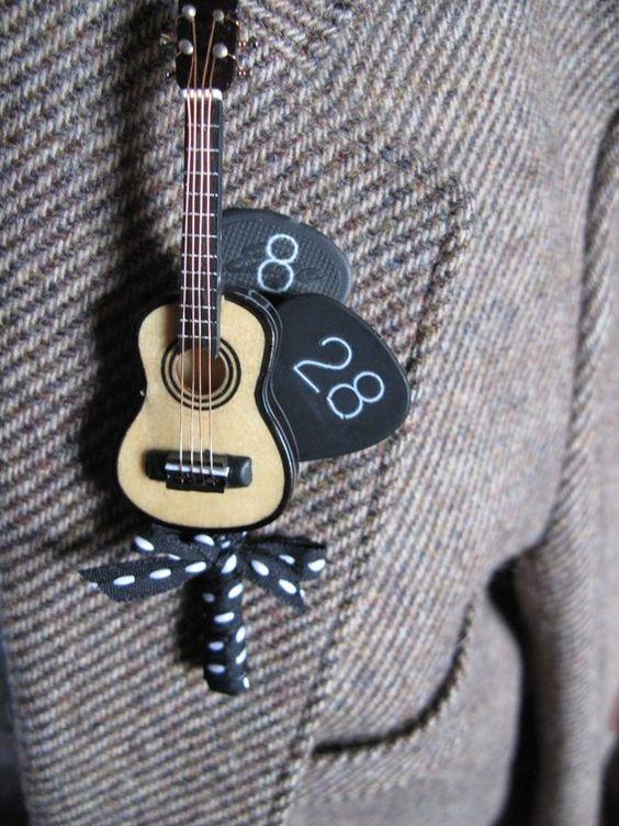 Broche para novio con la fecha de la boda, guitarra y púas.