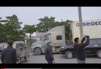 Các chiến binh khuyết tật phẫn nộ chặn đường trước cổng Liên Đoàn bóng đá Việt Nam.